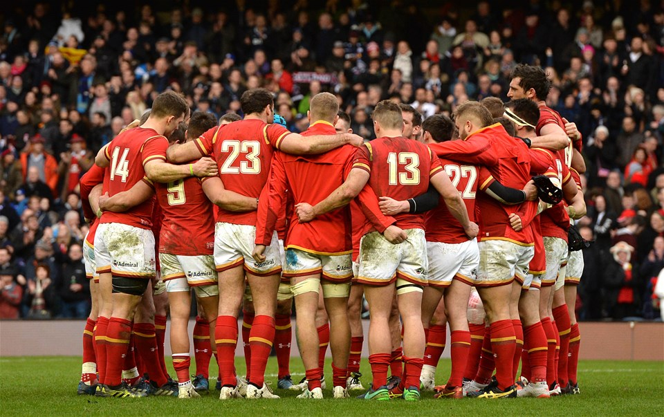 25.02.17 - Scotland v Wales - RBS 6 Nations 2017 -Wales players huddle at the end of the game.