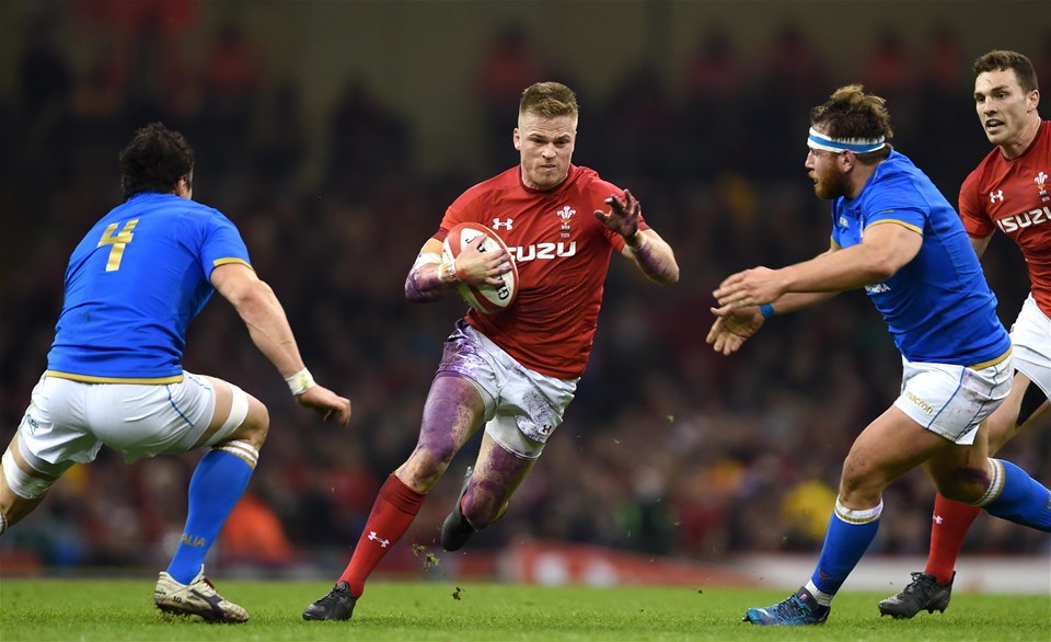 11.03.18 - Wales v Italy - NatWest 6 Nations 2018 -Gareth Anscombe of Wales takes on Alessandro Zanni and Giovanni Licata of Italy.