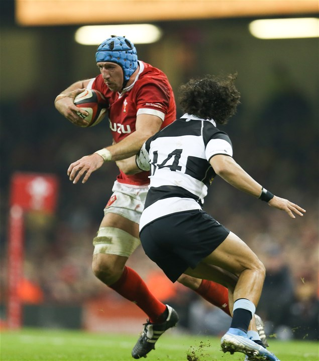 30.11.19 - Wales v Barbarians, Principality Stadium - Justin Tipuric of Wales takes on Dillyn Leyds of Barbarians